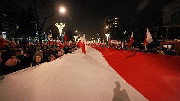 Wielka flaga na demonstracji PiS w grudniu 2011