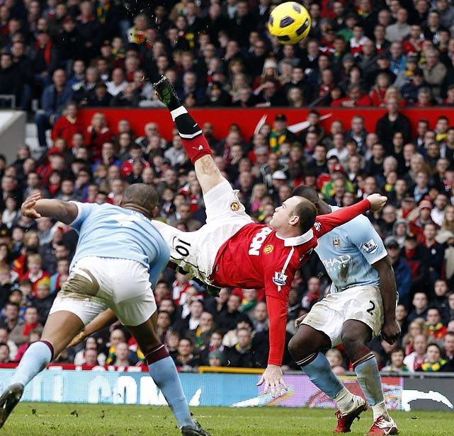 Pamiętny, ekwilibrystyczny gol z przewrotki Wayne'a Rooney'a w derbowym meczu Manchesteru United z Manchesterem City w lutym 2011 roku. United wygrali derby 2:1.