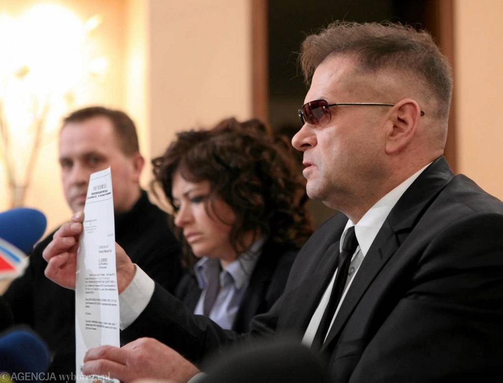 Detektyw Krzysztof Rutkowski z rodzicami Bartka, ojca półrocznej Madzi, na konferencji w Mysłowicach