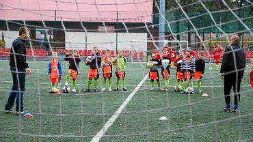 Trening młodych piłkarzy GKP Targówek na świeżym powietrzu