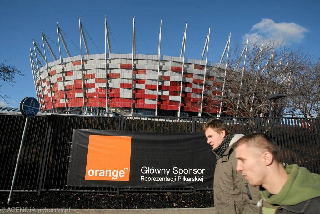 Banery reklamowe na płocie dookoła Stadionu Narodowego przed meczem Polska - Portugalia