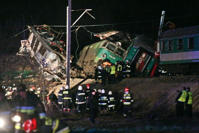 3.03.2012. O godzinie 20.57 dwa pociągi czołowo zderzyły się w Chałupkach pod Szczekocinami. Zginęło 16 osób, 56 trafiło do szpitali