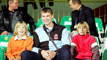 Adam Wójcik z synami na meczu piłkarskiego Śląska w 2008 roku
