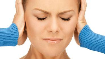 Szumy często przybierają postać trzasków, tykania, syczenia, pisków itp