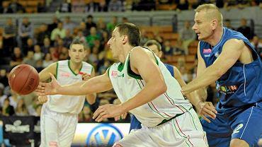 Aleksandr Mladenović (przy piłce) był jednym z najlepszych zawodników Śląska w meczu z Siarką