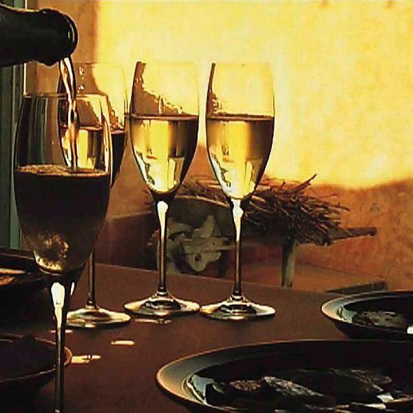 Kieliszki z winem musującym