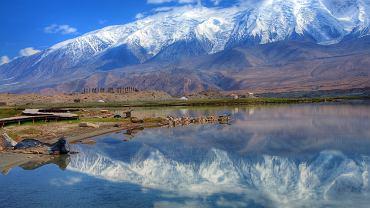 Azja to tętniące życiem, nowoczesne miasta, urokliwe świątynie i wspaniałe osiedla starożytne. Azja to też dzikie lasy tropikalne, aktywne wulkany, najwyższe góry świata i wyspy z najpiękniejszymi plażami. Zobacz galerię 50 zdjęć Azji ukazującą namiastkę jej różnorodności. // Azja Jezioro Karakul, Tadżykistan.  Największe jezioro w Tadżykistanie, leży w rejonie Pamiru na wysokości prawie 4 tys. m n.p.m. Jego cechą jest brak odpływów, a także czyste i słone wody. Z brzegów Karakul widać około 15 lodowców.