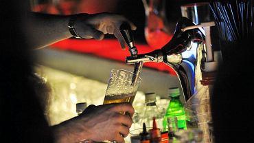 Barman nalewający piwo