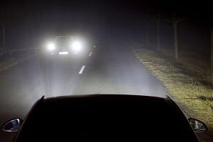 Rozwój reflektorów. Kiedyś drogę oświetlały świece, dziś światła mogą wyświetlić informację o gołoledzi!