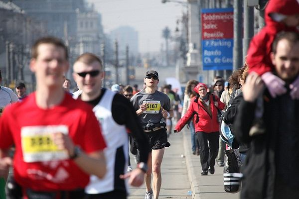 7. Półmaraton Warszawski - w tle Rondo de Gaulle'a pieszczotliwie nazywane Rondem de Palma. W niedzielę maratończycy też będą tędy przebiegać.