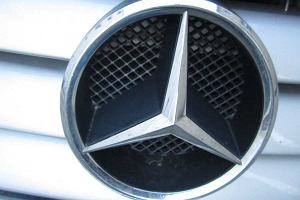 Arabska sztuczka z Mercedesem. Kurs wzrasta a mimo to koncern traci