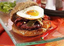 Hamburger z wędzonym boczkiem i jajkiem sadzonym - ugotuj