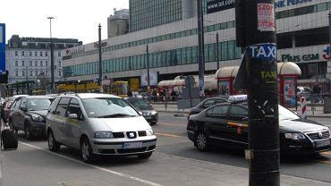 To nie jest taksówka. To samochód, który wozi pasażerów za 20 zł/km, podszywając się pod prawdziwą taksówkę. Na latarni nalepka udająca postój taxi
