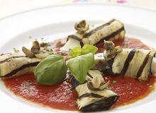 Roladki z bakłażana z mozzarellą, anchois, kaparami z sosem pomidorowym - ugotuj