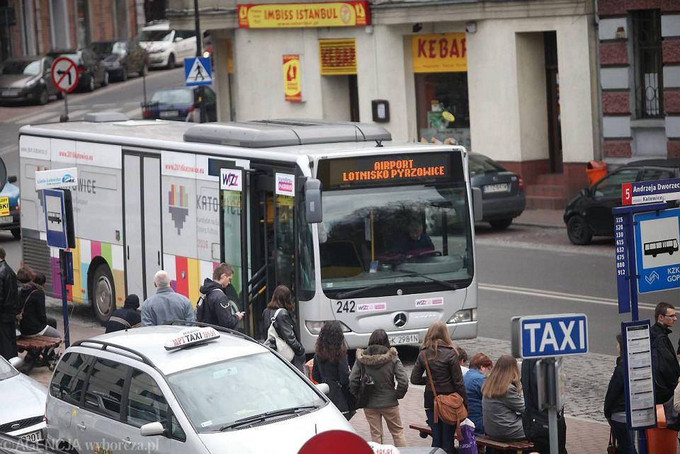 Kursujący na lotnisko w Pyrzowicach autobus PKM Katowice
