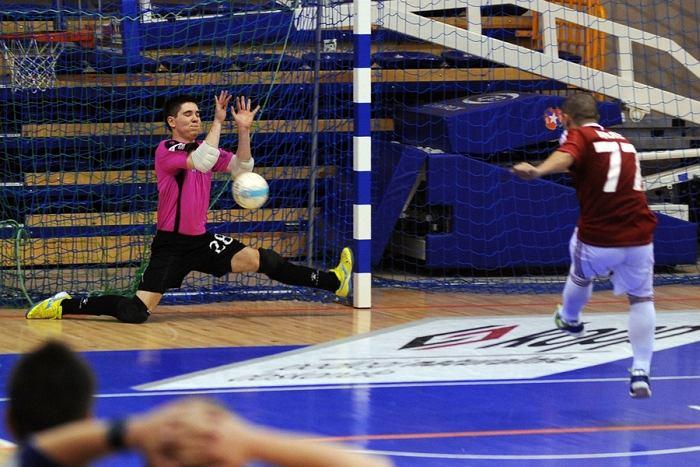 Futsal. Wisła Krakbet Kraków - Akademia FC Pniewy. Maciej Foltyn broni rzut karny