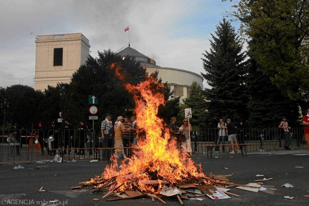Na koniec protestu związkowcy spalili transparenty