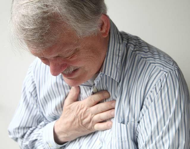 Miażdżyca zazwyczaj rozwija się bezobjawowo. Dopiero w zaawansowanej postaci pojawia się ucisk i ból w klatce piersiowej