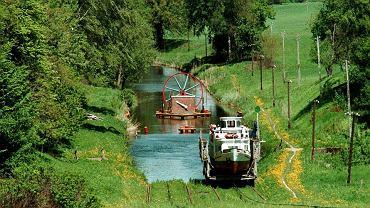 W Polsce jest z pewnością więcej pięknych i ciekawych miejsc. Wybraliśmy 50, które w szczególności trzeba zobaczyć. Co byście dodali? Na początek Kanał Elbląski. Kanał Elbląski to żeglowna droga wodna na terenie województwa warmińsko-mazurskiego, z systemem pięciu pochylni, które pozwalają szybko pokonać odcinki między jeziorami i różnicę poziomu wody. Kanał, w którym statki miejscami, zamiast płynąć wodą, suną po trawie, powstał dzięki królewskiemu kaprysowi. Poza Stanami Zjednoczonymi nie ma na świecie konkurencji.