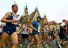 Dlaczego biegacze zatrzymywali pociąg, pudło prezydenta startera, czyli niezwykłe przypadki z historii wrocławskiego maratonu