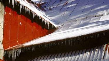 Śnieg na połaciach i sople wiszące u okapu są zagrożeniem dla dachu i dla ludzi