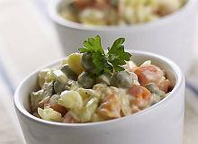Tradycyjna sałatka jarzynowa z majonezem - ugotuj