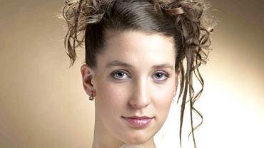 Damą Być <BR> Długie włosy gładko zaczesane, i upięte do góry, końcówki mocno zakręcone i puszczone luźno tworzą burzę loków. Kilka wybranych pasm wyprostowanych prostownicą ciekawie podkreśla przestrzenność fryzury.