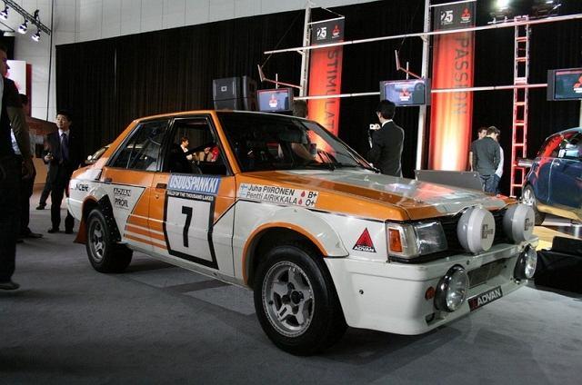 Jeśli ojcem Evo jest Mitsubishi Galant VR-4, to dziadkiem będzie Lancer EX 2000 Turbo. W tym samochodzie po raz pierwszy zamontowano 2-litrowy turbodoładowany silnik o oznaczeniu 4G63. Ten sam silnik (z modyfikacjami) był instalowany w Lancerach Evo I - IX!