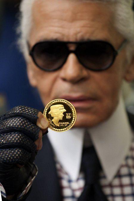Karl Lagerfeld prezentuje monetę o nominale 5 euro wydaną z okazji 125 rocznicy urodzin Coco Chanel