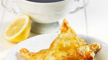 Barszczyk cytrynowy fresh i pasztecik-rożek francuski z serkiem mascarpone;  Bulionówka biała, Fryderyka firmy Krzysztof, TAZZA