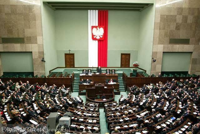 Posłowie ofiarnie znoszą niewygodny życia polityka Fot. Wojciech Olkuśnik / AG