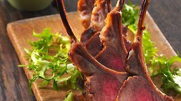 Kotleciki jagnięce z sosem z pieczonej papryki i ricotty