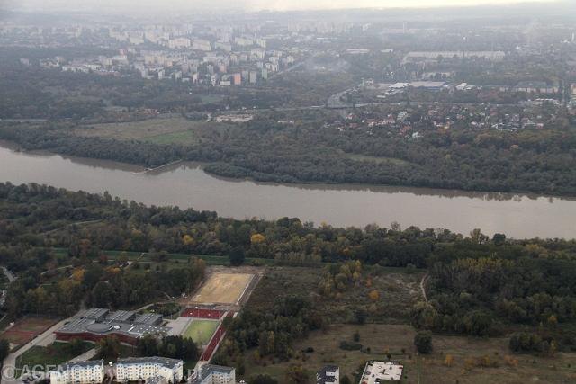 Widok z lotu ptaka na trasę planowanego mostu Północnego