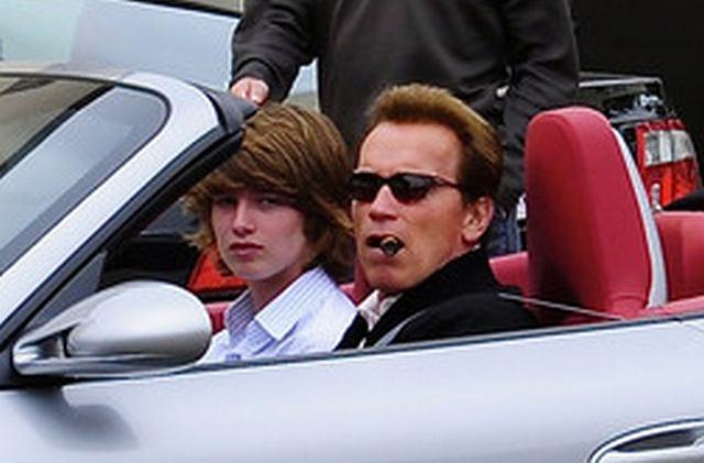Co liczy się dla prawdziwego mężczyzny? On ponad wygodę ceni sobie świetny wygląda, dlatego rodzinnym samochodem aktora (a raczej gubernatora) jest eleganckie, srebrne porsche. Arnie zabrał nim swoich dwóch synów na obiad. Synkowie jacyś tacy mizerni w porównaniu z tatusiem...