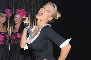 Doda niezbyt często pojawia się na imprezach. Za to kiedy już na nie przychodzi, to bawi się najlepiej, jak może. Tak było i teraz - na imprezie MTV i Gadu Gadu. Zobaczcie wygłupy Dody i jej dziwną fryzurę.