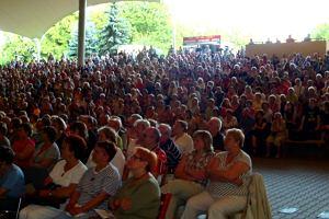 Amfiteatr w warszawskim Parku Sowińskiego już dawno nie zgromadził tylu ludzi. Ponad 3 000 osób przyszło zobaczyć spektakl Lady Fosse z udziałem najpopularniejszych polskich tancerzy, których doskonale znamy m.in. z Tańca z gwiazdami.