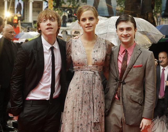 W Londynie wielkie święto fanów książek o Harrym Potterze! Właśnie odbyła się tam premiera najnowszego filmu. Niestety aktorzy zostali trochę zmoczeni przez pogodę, ale i fani, i humory im dopisywały.