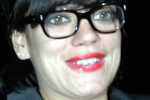 Te zdjęcia dowodzą, że Lily Allen byłaby dobrą kandydatką do głównej roli w serialu Brzydula. Wokalistka nie potrzebuje nawet większej charakteryzacji. Wystarczą tylko okulary korekcyjne, w których ostatnio chodzi, oraz głupia mina. Przyznajcie sami, że Lily nie wyglądała tym razem najlepiej.