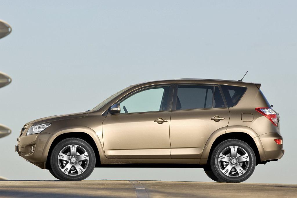 Łagodna muskulatura, inspirowana poprzednim modelem, typowo dla Toyoty próbuje się przypodobać wszystkim