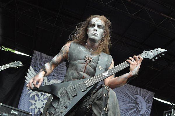 Sceniczny makijaż Behemoth jest bardzo mroczny.