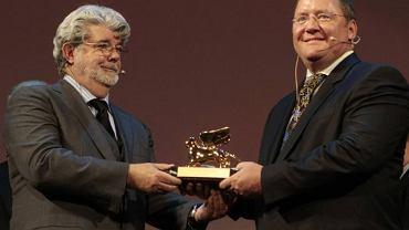 George Lucas wręcza Johnowi Lasseterowi Złotego Lwa za całokształt działalności podczas 66. Festiwalu w Wenecji.
