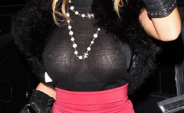 Kto ubrał się tak kiczowato odsłaniając przy tym swój plastikowy biust?