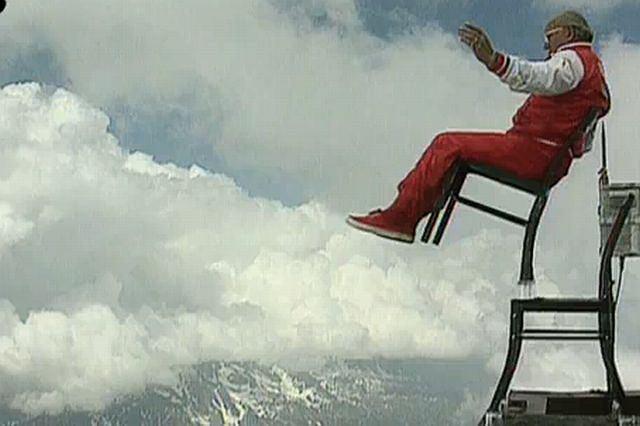 Rochatin balansuje na krześle nad przepaścią Fot. YouTube/diagonaluk