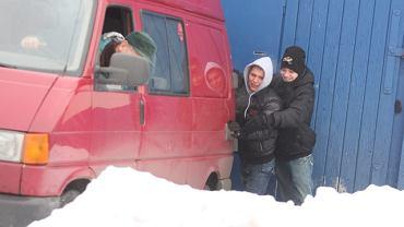 Emil Sajfutdinow i Szymon Woźniak zanim ruszyli w trasę do Dźwirzyna musieli wypchnąć z zaspy jeden z busów