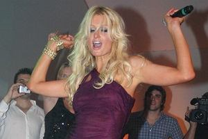 W jednym z klubów dała pijackie show przewracając przy tym elementy wystroju stojące na scenie.