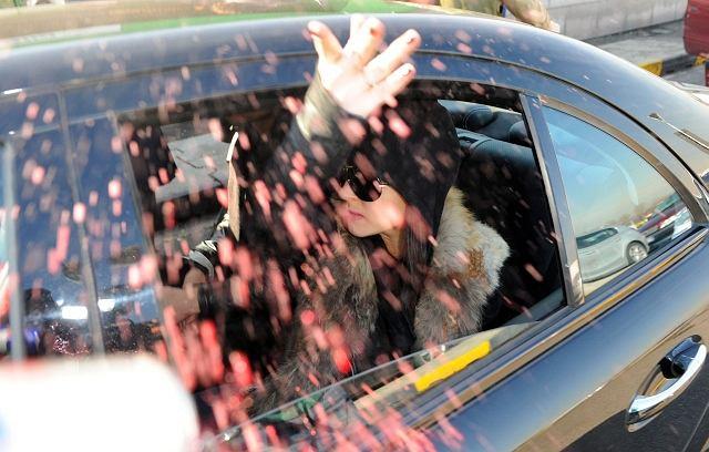 Co robi Lindsay Lohan, kiedy do samochodu, w którym grzecznie sobie siedzi i popija red bulla, podchodzi paparazzi?