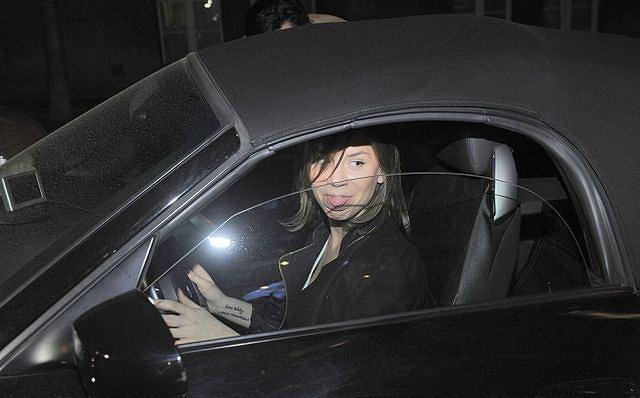 Natalia Lesz pozowała wczoraj fotoreporterom w swoim pięknym samochodzie. Piosenkarka przyjechała tą czarną bryką na otwarcie teatru Tomka Karolaka.
