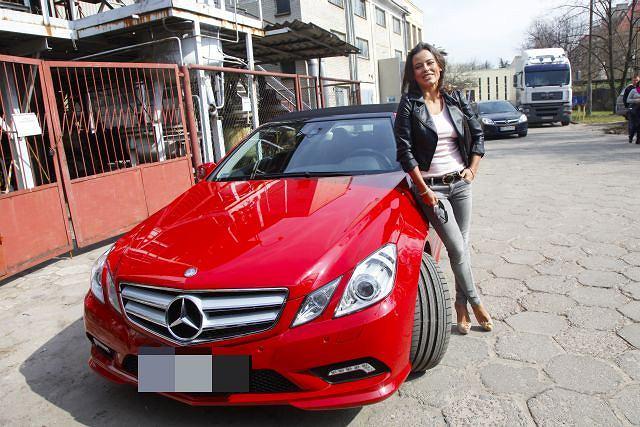 Anna Mucha zaczęła gustować w szybkich samochodach i drogich ciuchach.