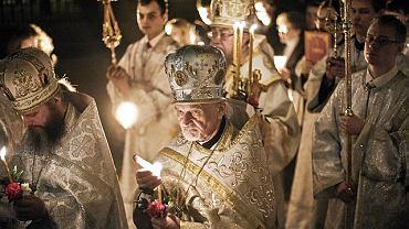 O północy z soboty na niedzielę w uroczystej procesji cerkiew św. Marii Magdaleny na Pradze okrążyli prawosławni. Przewodzi im metropolita warszawski i całej Polski abp Sawa (w głębi z trzema świecami)