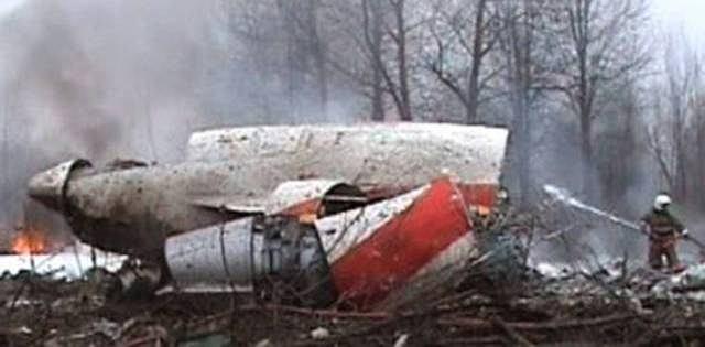 Strażacy próbują ugasić szczątki Tu-154